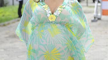 Informacja o ciąży Anny Muchy była hitem tego lata. Nic dziwnego, że aktorka była największą gwiazdą konferencji ramówkowej TVN. Gwiazda na tę okazję wybrała kolorową sukienkę odciętą pod biustem, która podkreślała jej spory już brzuszek. Ciąża służy Ani. Wygląda kwitnąco! Niestety nie mogliśmy zbyt długo podziwiać Ani, bowiem aktorka wyszła już w połowie konferencji i nie udzielała żadnych wywiadów.