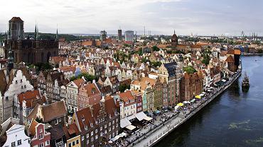 Gdańsk. Gdańsk to jedno z piękniejszych miast w Polsce. Jest skupiskiem zabytków architektonicznych. W Gdańsku znajduje się m.in. największa średniowieczna świątynia z cegły w Europie - Bazylika Mariacka Wniebowzięcia NMP.