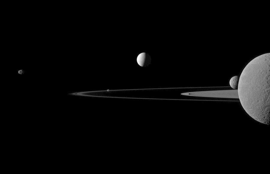 Pięć księżyców Saturna na jednym zdjęciu
