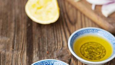 Podstawowe składniki marynaty Chicken Yassa: musztarda, oliwa, sok z cytryny i cebula