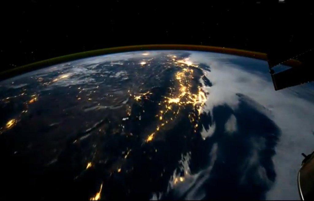 Kadr z filmu pokazującego Ziemię widzianą z Międzynarodowej Stacji Kosmicznej.