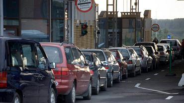 Samochody w kolejce do przejścia granicznego w Kuźnicy Białostockiej