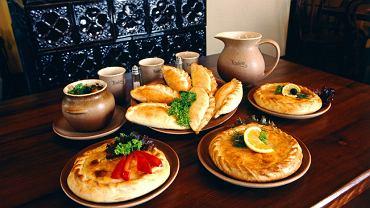 Karaimskie przysmaki - kibiny, czyli pierogi z mięsem zapiekane w piecu i kiubete - drożdżowe placki z farszem