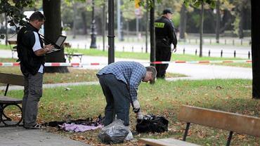Policjanci badają miejsce w Alejach Ujazdowskich w Warszawie, gdzie podpalił się Andrzej Ż.