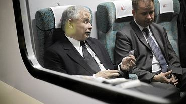 Prezes PiS Jarosław Kaczyński w pociągu do gdańska