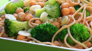 Pełnoziarniste spaghetti z brokułami i ciecierzycą