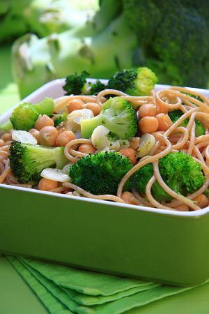 Spaghetti z brokułami i ciecierzycą