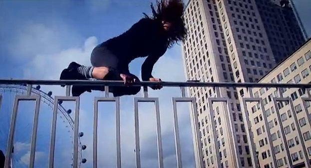Parkour - dziewczyny wykonują sztukę poruszania się biegiem po mieście, Parkour Generations: Go Girl!