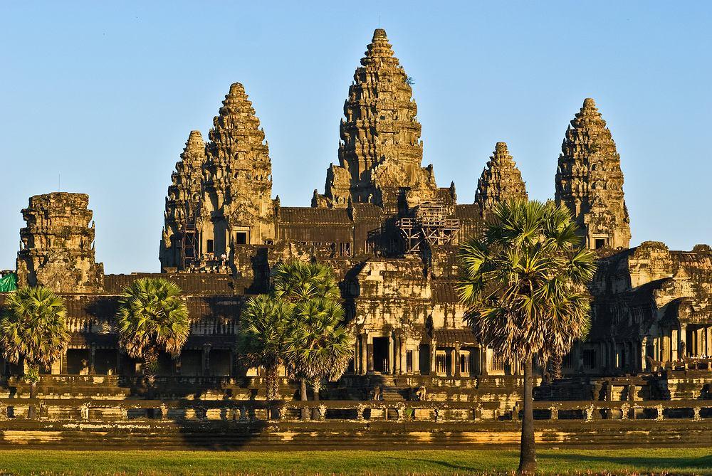 Azja Angkor Wat, Kambodża. Świątynia hinduistycznego bóstwa Wisznu, największy obiekt sakralny starożytnego miasta Angkor w Kambodży. Najwyższa z wież świątyni mierzy 65 m, a pozostałe niewiele mniej. Całe miasto Angkor uchodzi za najpiękniejszy zabytek architektury w Kambodży.