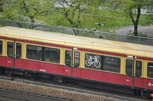 Miejsce do przewozu rowerów w wagonie kolejki miejskiej w Berlinie. /fot. Rafał Muszczynko