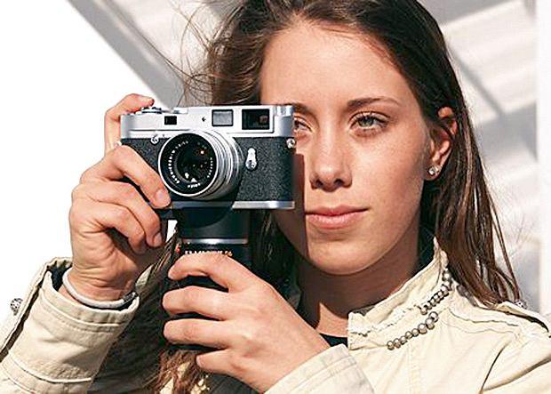Lens Holder w bardzo prosty sposób rozwiąże trywialne problemy właściciela aparatu Leica z serii M (poza modelem M5), latającego po mieście z dwoma obiektywami.