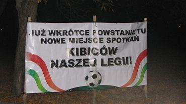 Taki transparent pojawił się na skwerku przy ul. Szarej w piątek wieczorem