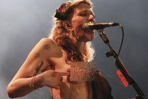 Courtney Love dała plamę. Albo narobiła obciachu. W każdym razie żona legendarnego Kurta Cobaina znowu wywołała skandal. Na koncercie w Sao Paulo zaczęła się... rozbierać! Gwiazda muzyki sprawiała wrażenie, że jest po paru głębszych. To nie pierwszy raz, kiedy Love chce zrobić zamieszanie i podgrzać atmosferę wokół własnej osoby. Kiedyś w jednym z amerykańskich talk-show pokazała... krocze! Ona tak już chyba ma.