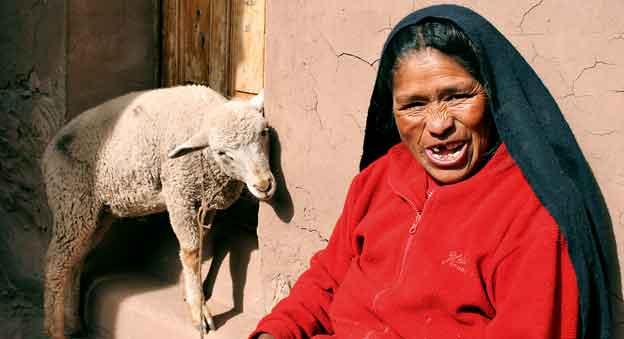 Mieszkanka jednej z wiosek wokół jeziora Titicaca. Peru / fot. Anna Ostapkowicz