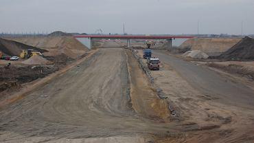 Budowa autostrady A2. Odcinek C koło Wiskitek, w tle wiadukt spóźnionej obwodnicy Żyrardowa