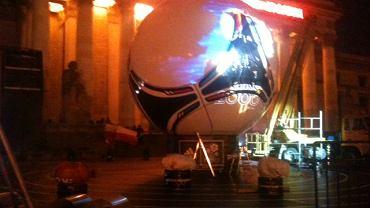 Montaż wielkiej piłki pod Pałacem Kultury