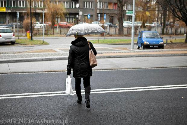 05.12.2011 BIELSKO - BIALA . PIESZY PRZECHODZI PRZEZ JEZDNIE NA ULICY ROMANA DMOWSKIEGO W NIEDOZWOLONYM MIEJSCU . FOT. TOMASZ FRITZ / AGENCJA GAZETA