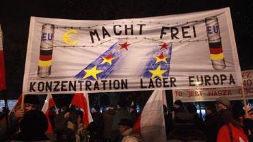 Jeden z transparentów niesiony przez uczestników Marszu Solidarności i Niepodległości