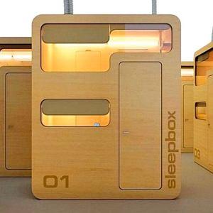 Sleepbox to minisypialnia stworzona z myślą o podróżnych, którzy utknęli na lotnisku czy dworcu, albo o pracownikach firm, którym zdarza się zostać w pracy na noc.