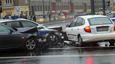 Stłuczka radiowozu i BMW na Nowowiejskiej