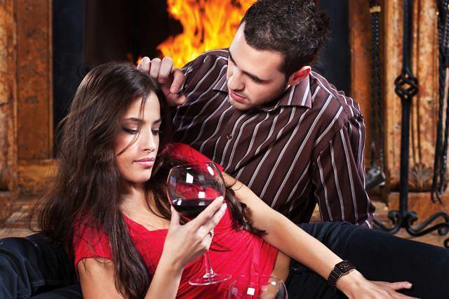 Kominek, lampka wina... Czasem niewiele trzeba, żeby sobie przypomnieć, jak bardzo się kochacie i wciąż pragniecie