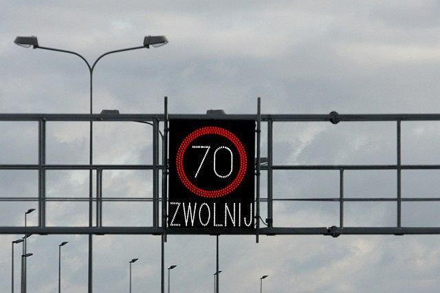 W miejscach gdzie tworzą się korki powinny znajdować się specjalne tablice informacyjne wyświetlające ostrzeżenie o korku, lub ograniczenie prędkości
