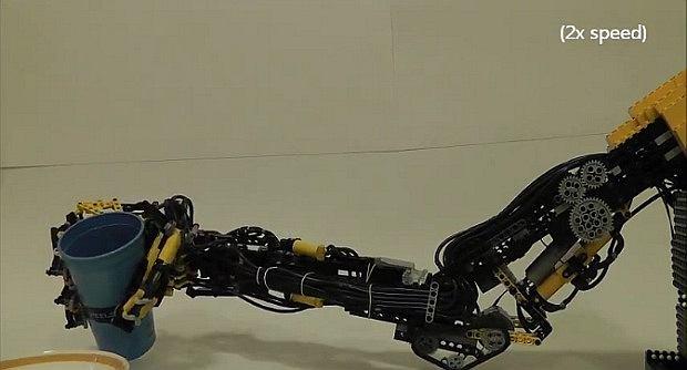 Ręka robota zbudowana z Lego przez Maxa Shepherda