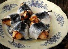 Śledź marynowany wsoku zkiszonych ogórków - ugotuj