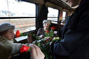 Kolejarze z trójmiejskiej SKM rozdają kwiaty z okazji Dnia Kobiet