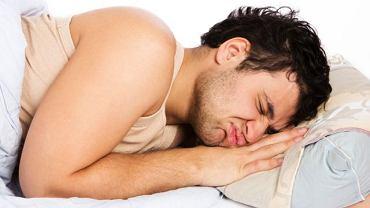 Najczęstszymi objawami zapalenia jądra jest zaczerwienienie, ból i obrzęk moszny