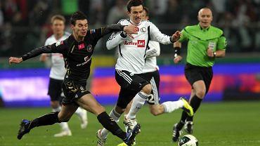 Maciej Sadlok (z lewej) walczy o piłkę  z Rafałem Wolskim