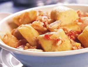 Kopytka z mąki z cieciorki i ziemniaków z sosem rybnym