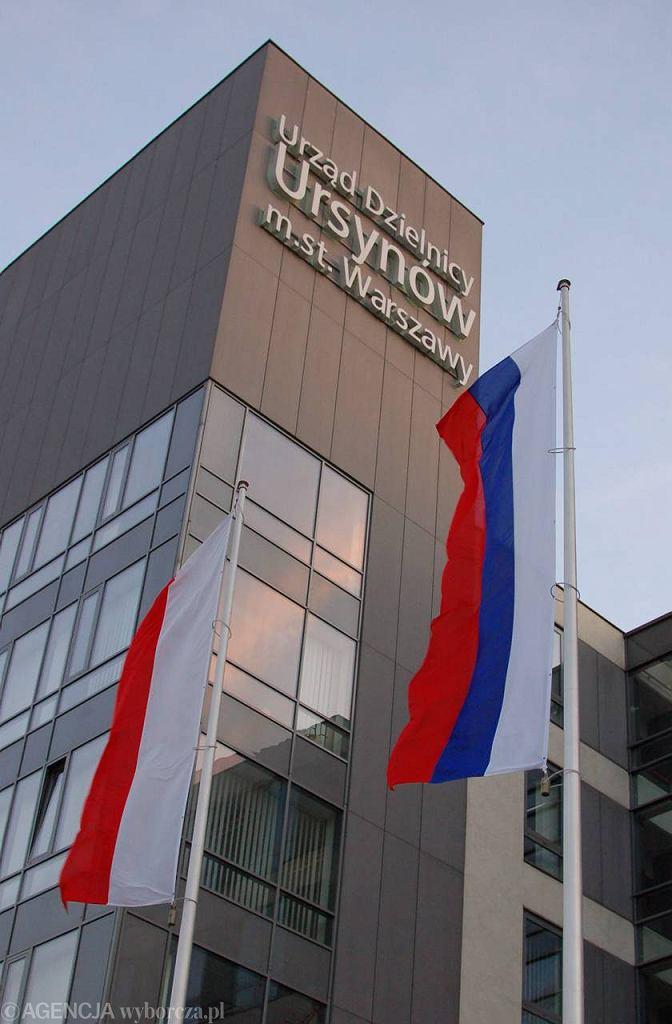 Rosyjska flaga przed urzędem dzielnicy podczas inauguracji cyklu imprez