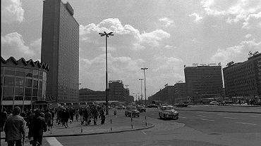 Hotel Forum powstał w 1974 roku. Tak wyglądał dwa lata po otwarciu. Na zdjęciu tego nie widać, ale już wtedy budynek miał charakterystyczny musztardowy kolor.