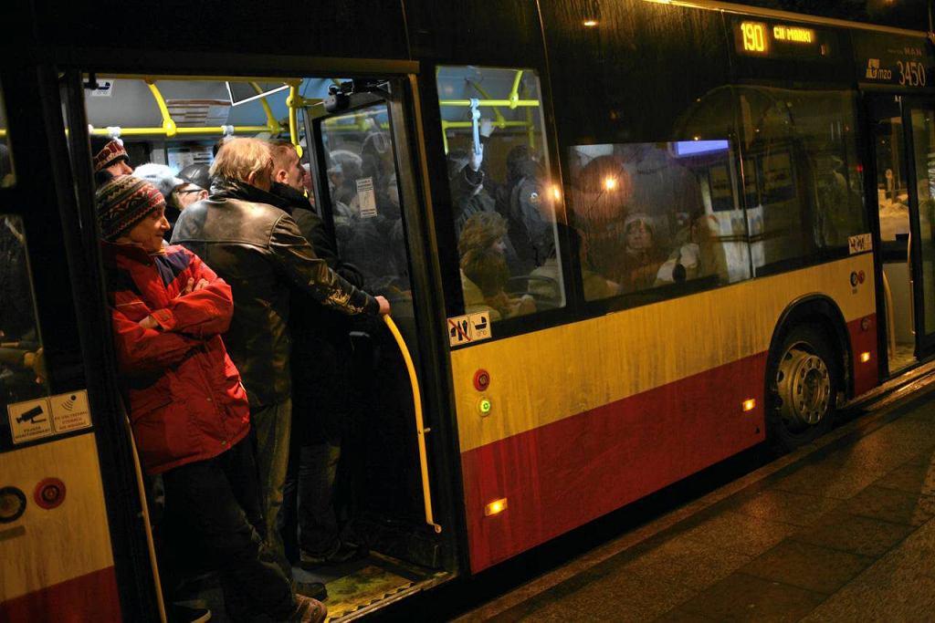 Zatłoczony autobus linii 190 z Targówka na Wolę i Bemowo