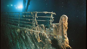 Dziób liniowca RMS Titanic podświetlony reflektorem pojazdu podwodnego Mir 1 usytuowanego na wysokości przedniej kotwicy. Rdzawe sople przystają zgodnie z prądem
