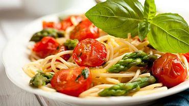 Spaghetti ze szparagami i pomidorkami cherry
