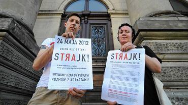 Organizatorzy strajku artystów w maju 2012 r.: Katarzyna Górna i Karol Sienkiewicz przyklejają plakaty na drzwiach galerii Zachęta