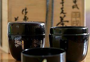 Natsume - naczynka z laki na sproszkowaną herbatę, ozdobione motywem bambusa, i chashaku - bambusowa łyżeczka do herbaty
