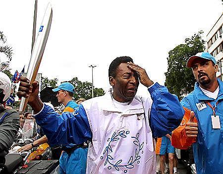 13 czerwca, Rio de Janeiro. Gwiazda futbolu Pele wzruszył się podczas biegu z ogniem olimpijskim.