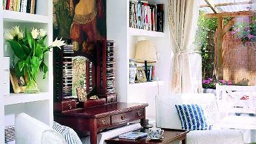 Nad zabytkowym biurkiem wisi kopia obrazu - rodzinnej pamiątki. Sprzedaż oryginału umożliwiła właścicielce kupienie mieszkania.