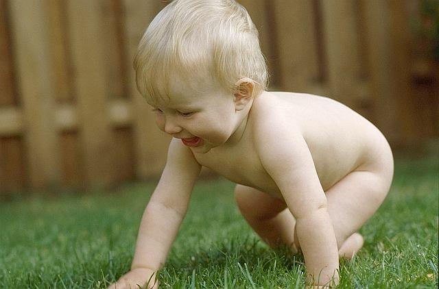 Odkrycie, że dotykanie genitaliów niesie za sobą inne doznania niż np. dotyk ręki czy ucha, to jedno z pierwszych doświadczeń seksualnych dziecka