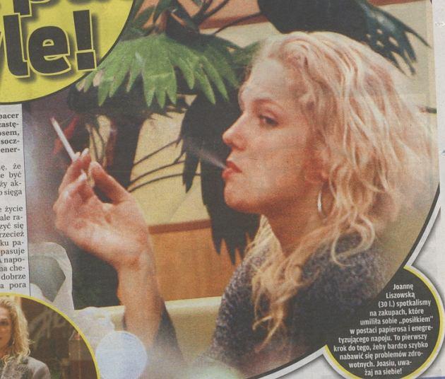 Joanna Liszowska w restauracji z papierosem.