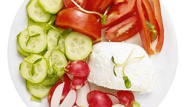 <b>Śniadanie</b> <br>2/3 twojego talerza wypełniać powinny surowe warzywa, a 1/3 produkty zawierające białko, np. chudy biały ser
