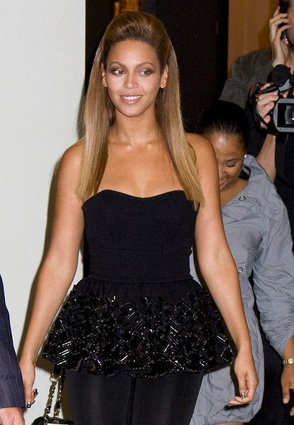 Beyonce swoje długie włosy prostuje żelazkiem i zbiera na czołem