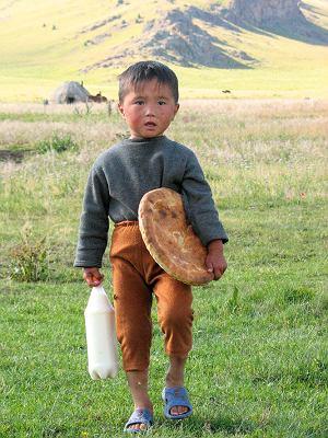 Ten malec przyniósł nam do obozu kumys (sfermentowane mleko) oraz chleb, którymi Kirgizi goszczą swoich gości.