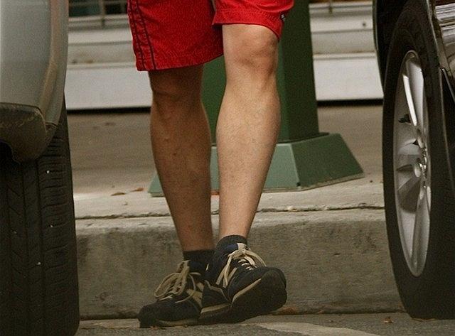 Właścicielem tych krzywych, prawie nieowłosionych nóg jest Wentworth Miller - aktor znany z hitu