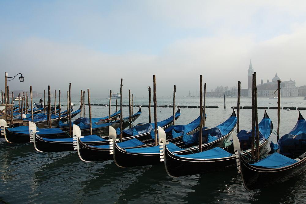 Wenecja. Gondole są nieodłącznym składnikiem pejzażu Wenecji. Pełnią one funkcje najstarszego środka lokomocji na wodach laguny. Przejażdżka gondolą to nie lada atrakcja. Miasto widziane z wody wygląda zupełnie inaczej.