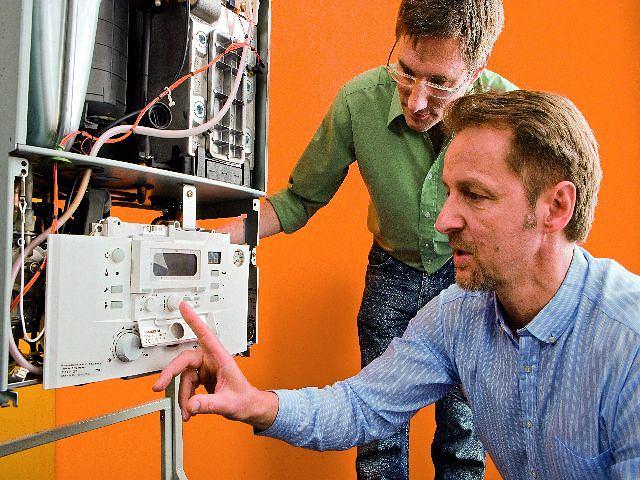 Przegląd kotła. Podczas przeglądów urządzenie jest regulowane i czyszczone oraz wymienia się w nim zużyte części