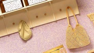 Wielofunkcyjna drewniana szafka jest świtnym rozwiązaniem w małych przedpokojach.